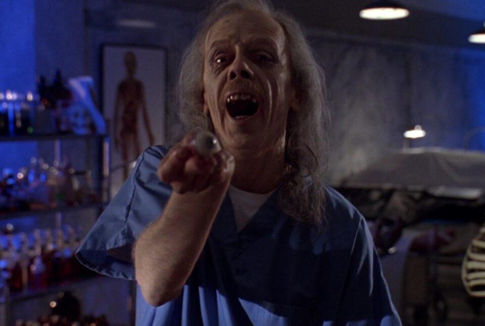 MovieMag - Body Bags - Corpi estranei: John Carpenter interpreta un medico legale dallo spiccato senso dell'umorismo macabro